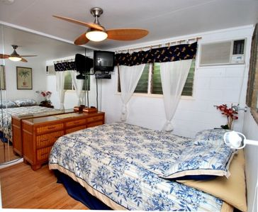 Main bedroom - Queen bed, AC, cable TV, Ceiling fan