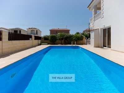 Photo for 2 bedroom villa with private pool, stone's throw from the sea