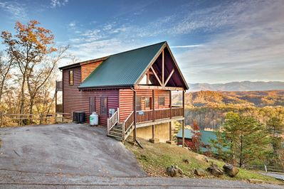 This hilltop cabin offers multiple decks, 4 bedrooms, and 3 bathrooms.