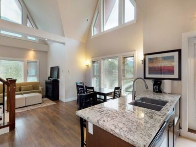 Harrison Lake View Resort - Three Bedroom Penthouse Suite – Mountain View 3