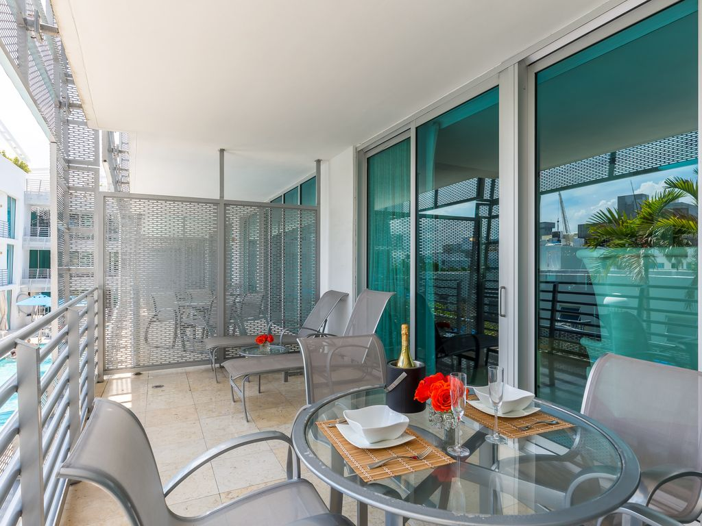 South beach luxury hotel suites balcony suite overlooking for Hotel balcony