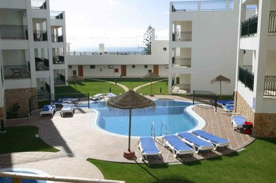 Cerro Mar in Albufeira with sparkling swimming pool & sea view