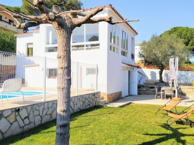 Photo for Villa for 10 with swimming pool a few metres from the beach