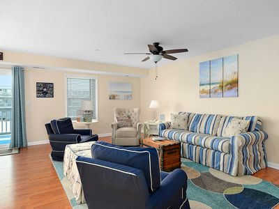 Bayview 2 Bedroom condo Close to Convention Center with Outdoor Pool with Free Linen Package!