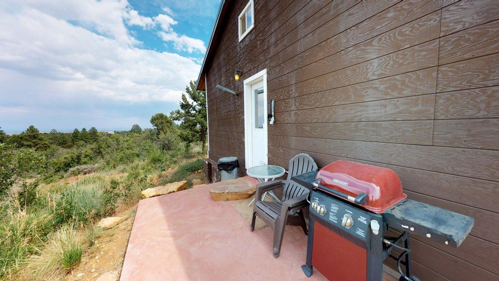 Adorable Western Cabin with BBQ, Full Kitchen, Campfire Bowl, Views