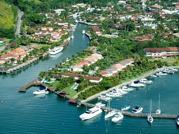 Beautiful mansion on land of 1. 200 sqm in the most exclusive condominium of Angra
