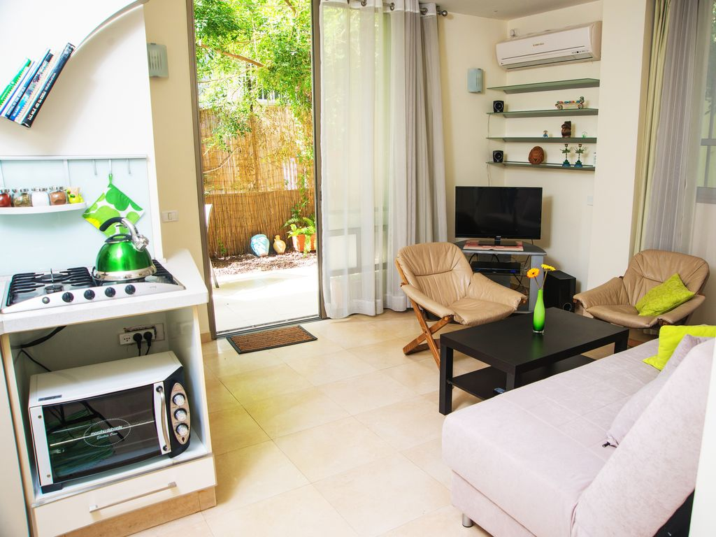 A Charming 2 BR with Garden and parking at the Heart of Tel Aviv