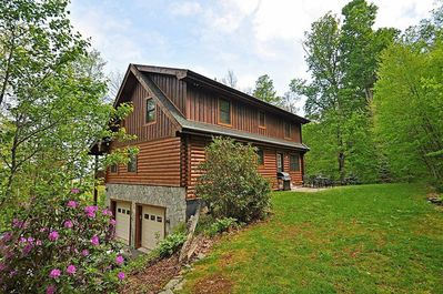 Log cabin with multiple levels on safe lot with lots of space