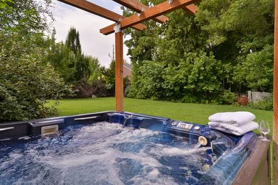 PRIVATE HOT TUB (W/ WINDING ROCK PATHWAY TO PATIO)