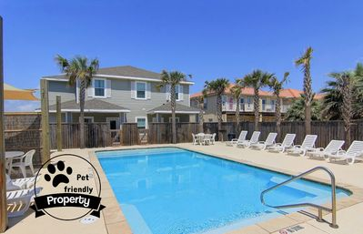 3 bedroom Townhouse that's Close to the Beach & comes with a saltwater pool,