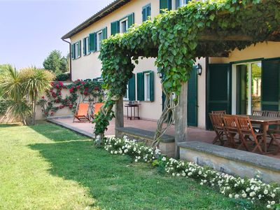 Photo for Exclusive family villa (16 beds) with pool and tennis in Rome countryside