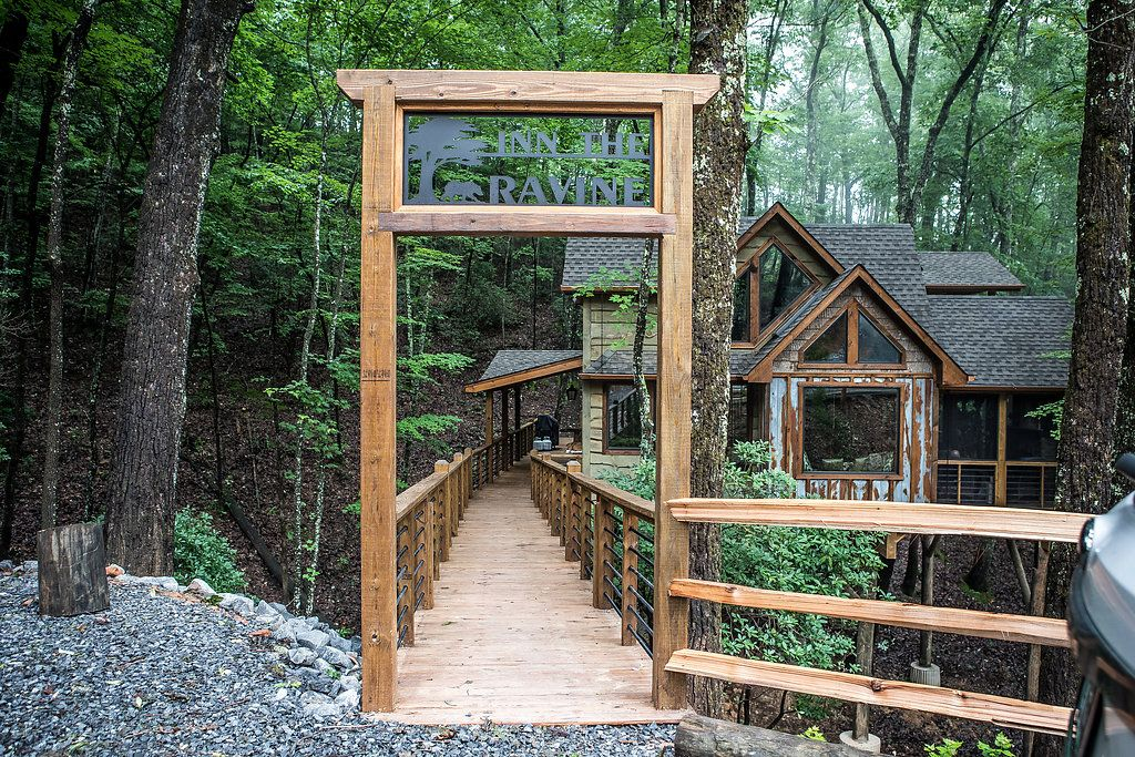 UPSCALE Tucked Away TREEHOUSE, Versunkene Hot Tub, Kamin Und PIT, Viele  Decks