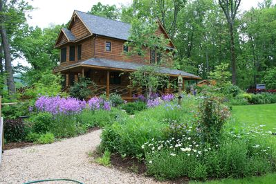 Sunny Mountain Lodge with Beautiful Gardens