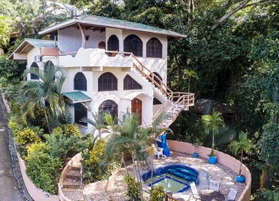 3 stories of paradise  + pool in the jungle! Watch monkeys from your doorstep.
