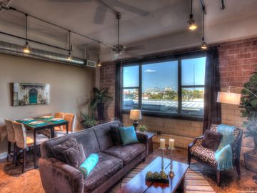 Sleek Loft Overlooking Pool & Downtown Skyline 2 Blocks To Riverwalk