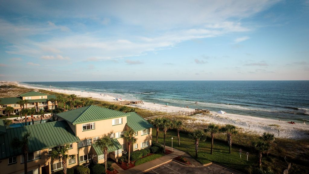 Directly on the Beach! Seconds to Gulf, feel the Breeze from our large balcony