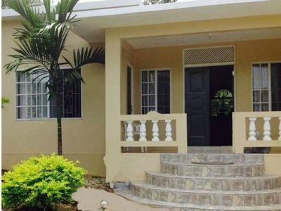 Cozy 3 bed room home, fully air conditioned, close to beach and attractions