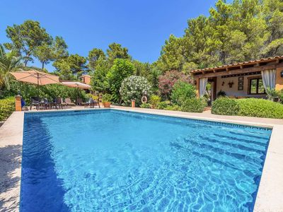 Photo for Rustic Villa with pool & BBQ, close to restaurants, shops and amenities