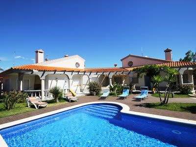 Photo for Four seasons: pool, WiFi, A / C, 0,2km to the beach, official dog beach