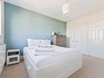 Photo for Modern 2 bed apt near Tower Bridge