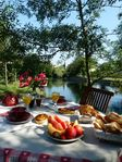 Lovely yard on river and great location and great breakfast.