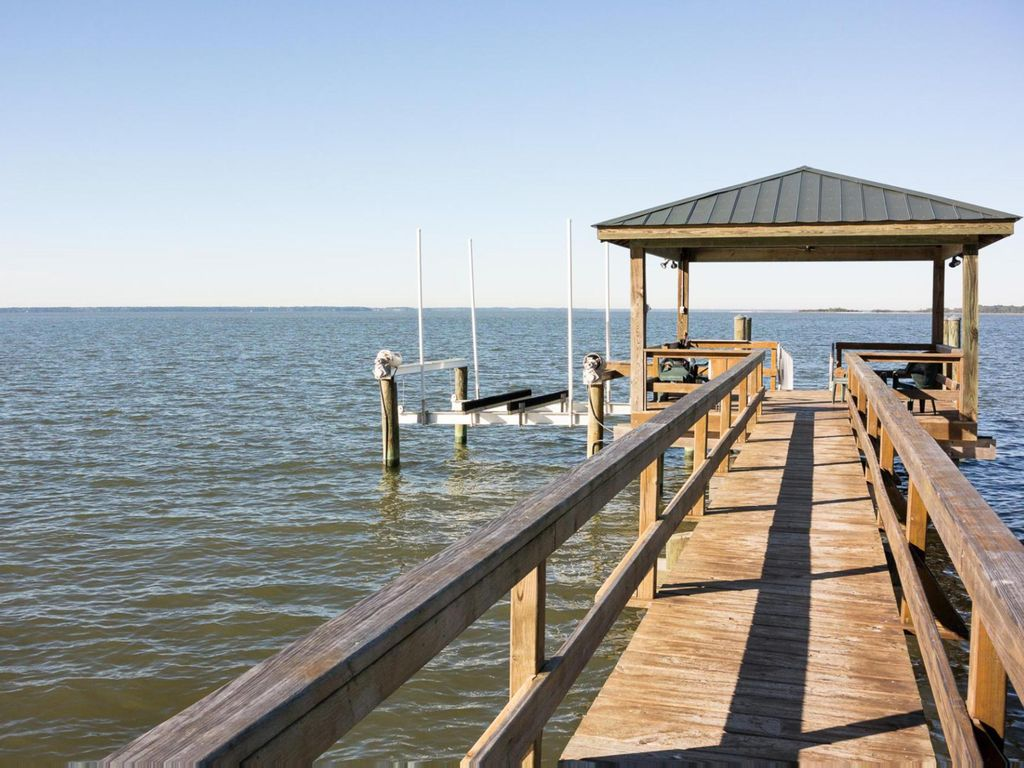 Waterfront Pet Friendly home with a private dock great for fishing or crabbing
