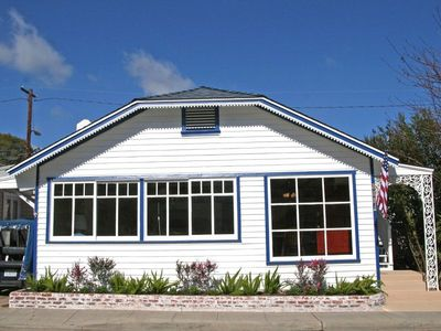 2 flat blocks to Beach & Shops, Large Upstairs Deck & Living Room for Relaxing!