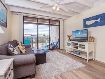 Adorable mid town location, ideal for convenience to beach and restaurants!