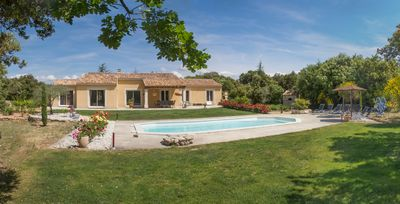 Photo for Recent villa at the heart of Luberon
