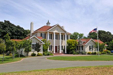 Suisun Valley Inn was built to resemble George Washington's home at Mt. Vernon.