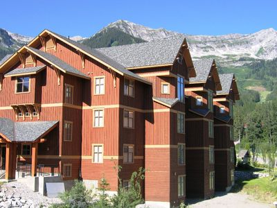 Photo for On-mountain condo with kitchen, outdoor pool, hot tubs & BBQ access, 5min walk to ski lifts: T540
