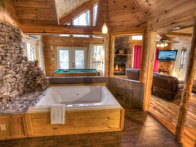 Enchantment- Private Luxury Couples Cabin. 2 Person Jacuzzi Heated Indoor Spa