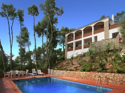 Photo for Spacious and modern villa with pool and sea views in Pals