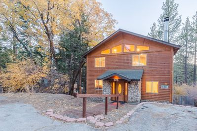 Silvertip Chalet! Log Style 3 Bedroom and 3 Full Bathrooms Cabin.