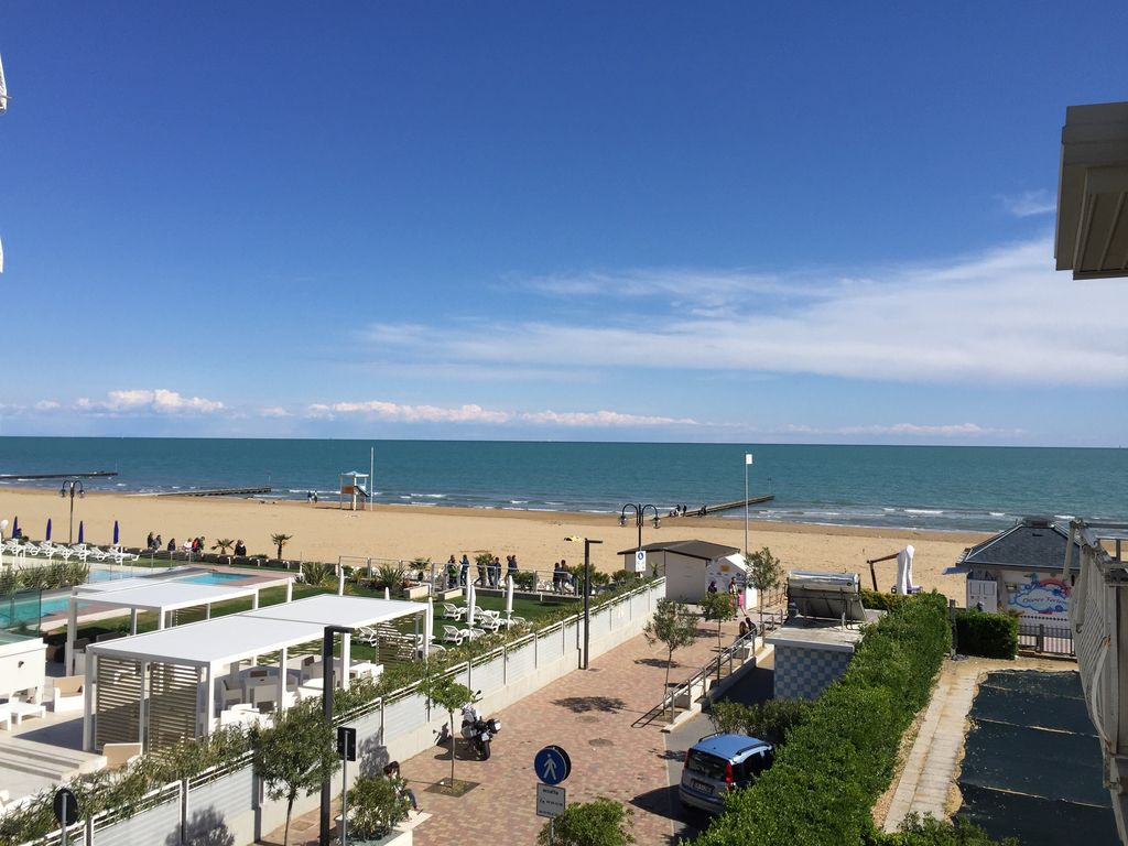 Just renovated apartment facing the sea sames veneto for Appartamenti jesolo