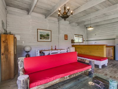 Photo for Cabaña rústica con terraza y patio - Dog-friendly cottage with deck and yard