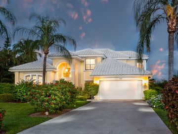 Luxury Spacious Lake-Front Pool Home close to Olde Naples Attractions