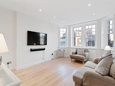 Photo for Stylish 2 bedroom flat, Hammersmith, 2min to stn.