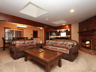 Luxury Escape: Walk to the Lake! Pool Table! BBQs! Beautiful Kitchen! Covered Deck! Cable TV!