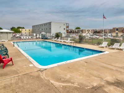 Photo for Casual and convenient bayside condo with shared pool - close to attractions