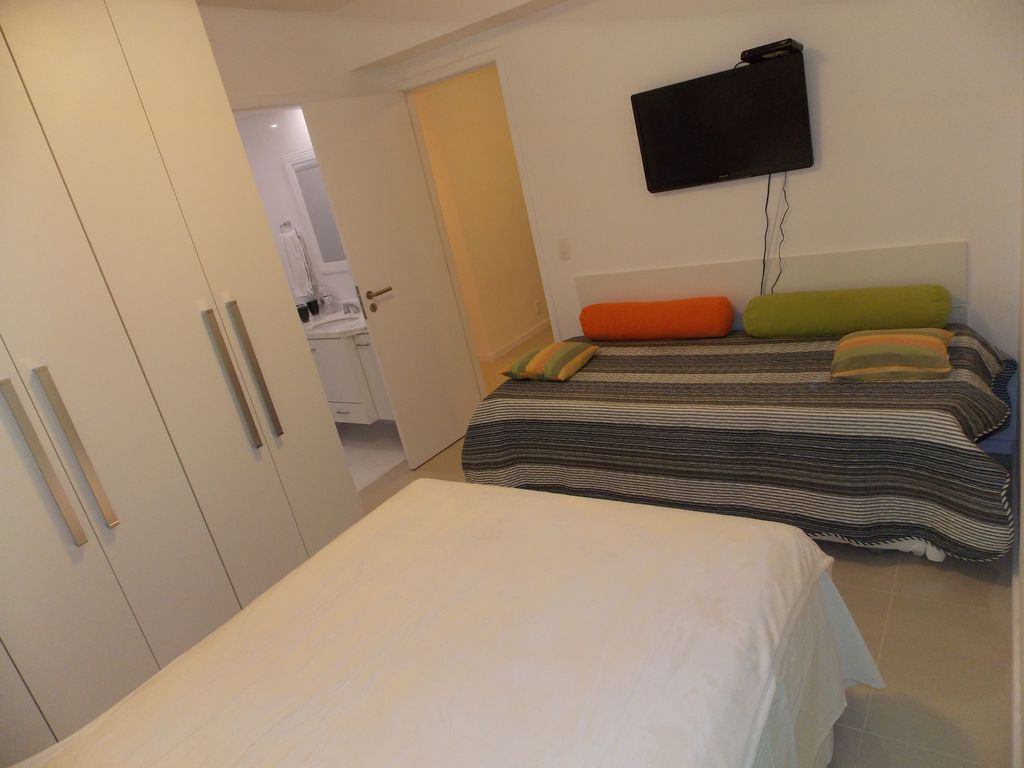 Charming and new App. Room and 1 bedroom suite, balcony, garage, in Icaraí Beach