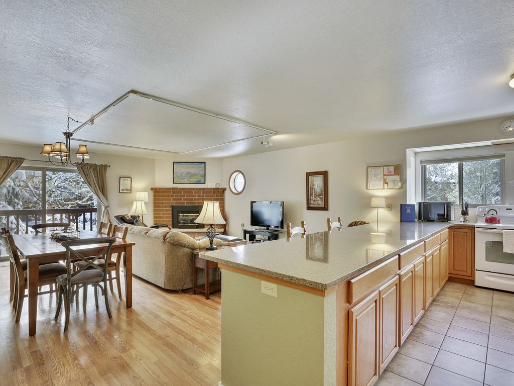 Remodeled liv rm and kitchen, Pool, Hot Tubs,, garage, wifi, tennis ...