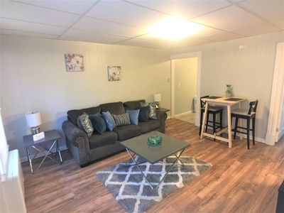 1 bedroom apartment: Clean, Spacious, Comfortable, Local to everything (Apt 1R)