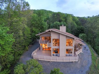 Photo for Jaw dropping Mtn View, close to all attractions, plenty of room for families