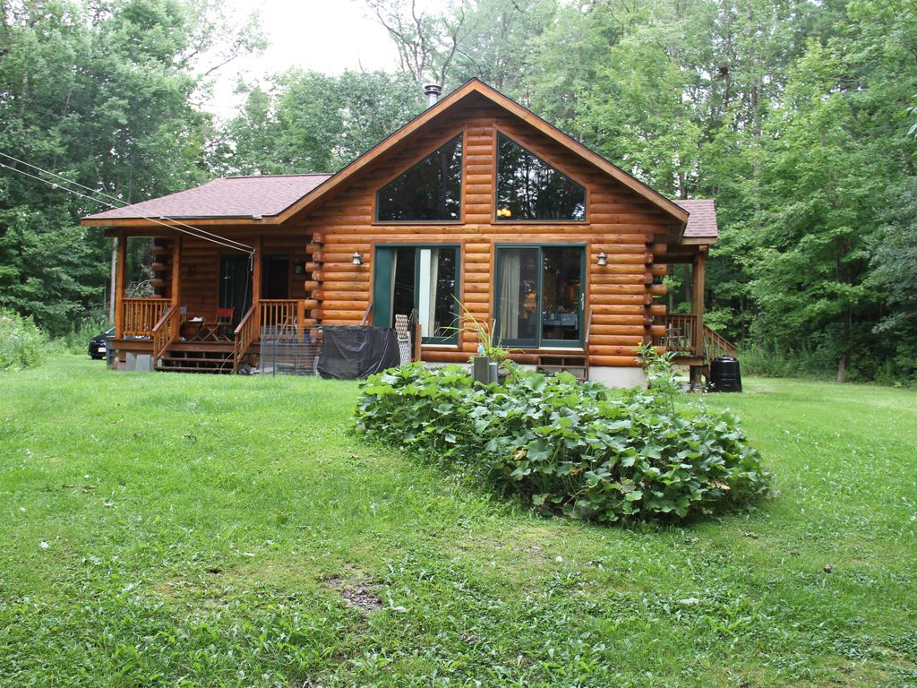 A beautiful log cabin in the woods on a la vrbo for Lake cabins for rent in massachusetts