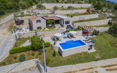 Houses,private parking, outdoor property of 3.100 sq.m and heated swimming pool