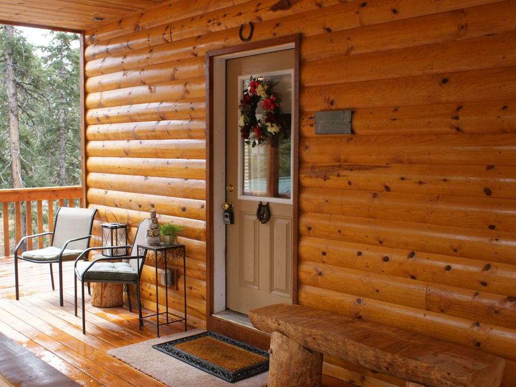 Duck Creek Village Cabin Rental   Main Entrance With Seating