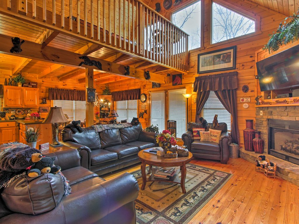 New 3br pigeon forge log cabin w hot tub pigeon forge for Log cabin with hot tub one night stay