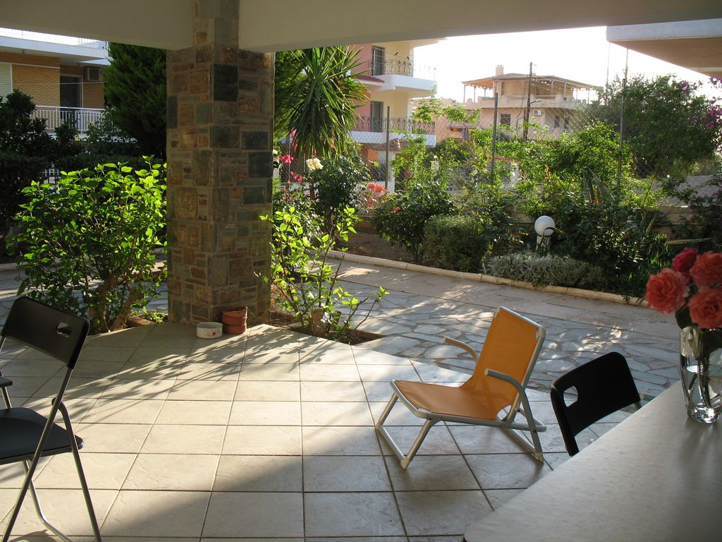 lovely 2 bed apt with patio 5 mins to the homeaway saronida