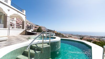 Infinity pool (heated) and Jacuzzi with stunning views.